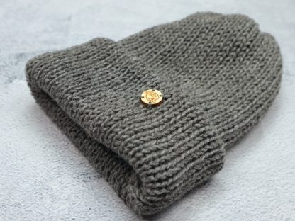 szara czapka z alpaki