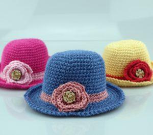elegancki kapelusz z różą dla lalki