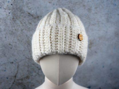 ciepłą czapką z alpaki można nosić wywiniętą