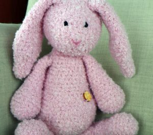 maskotka różowy króliczek naturalna zabawka dla dziecka